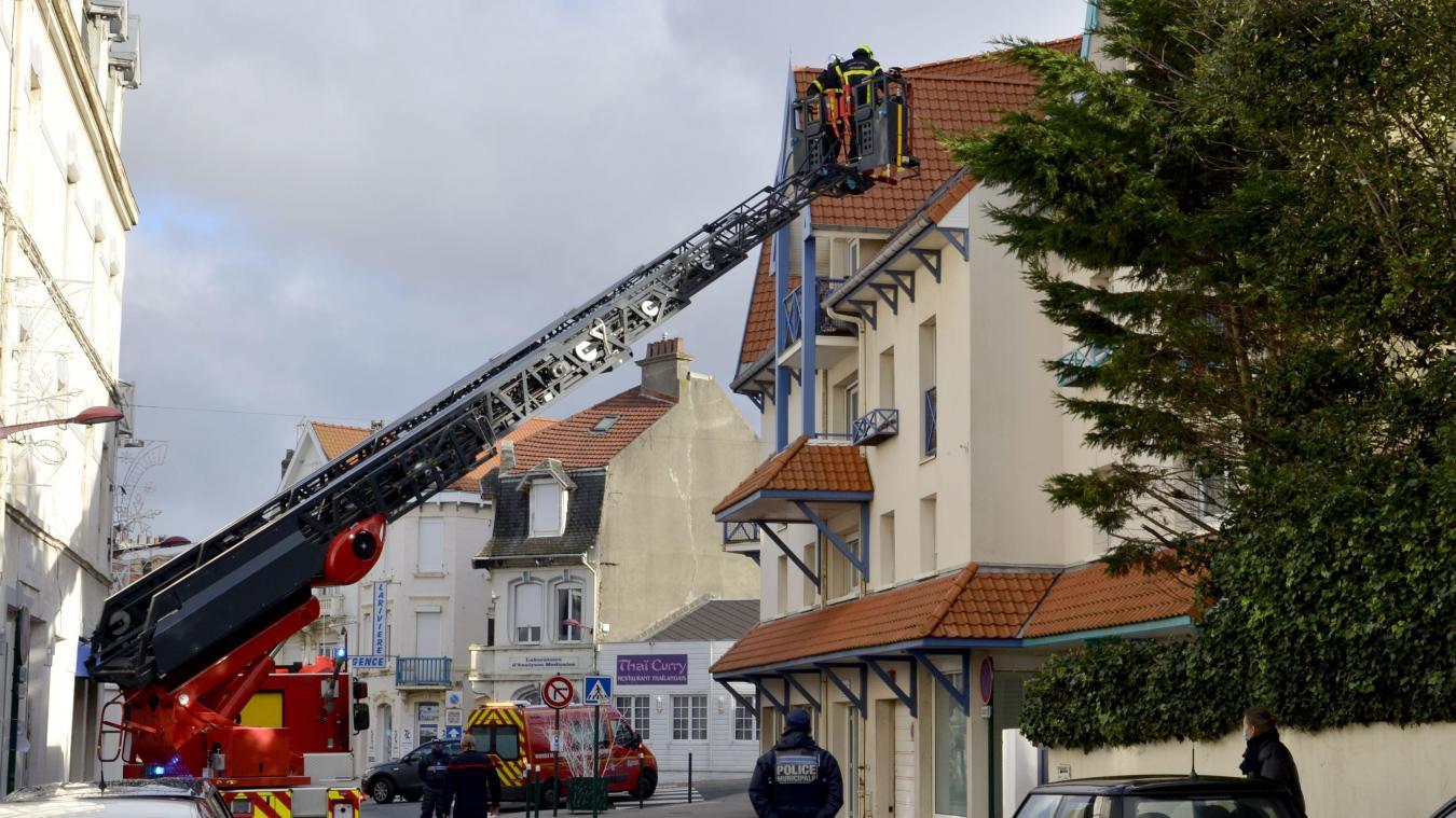Les sapeurs-pompiers ont déployé la grande échelle rue Carnot à Wimereux, immobilisant la circulation sur cet axe durant plus d'une heure.