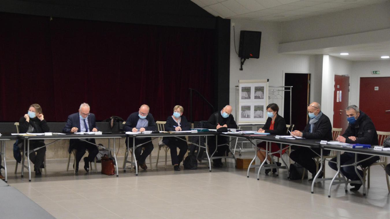 Le conseil municipal s'est réuni jeudi soir dans la salle des fêtes pour respecter les distances.