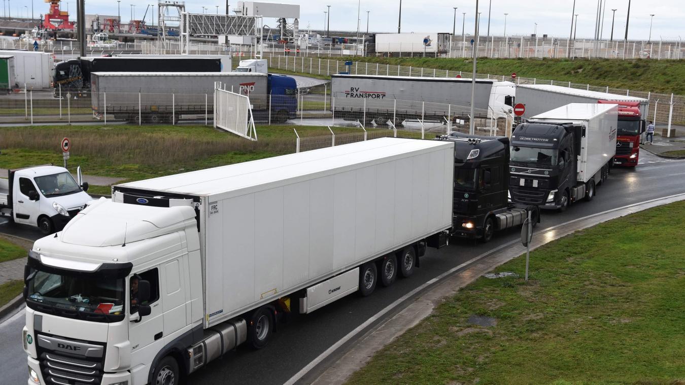 De nombreux camions se sont rués vers le port de Calais après la réouverture du site hier.