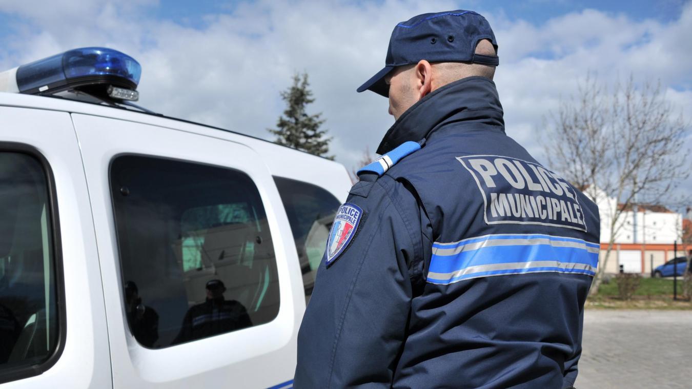 Deux policiers municipaux arrivent pour remplacer les deux agents en place.  Photo d'illustration