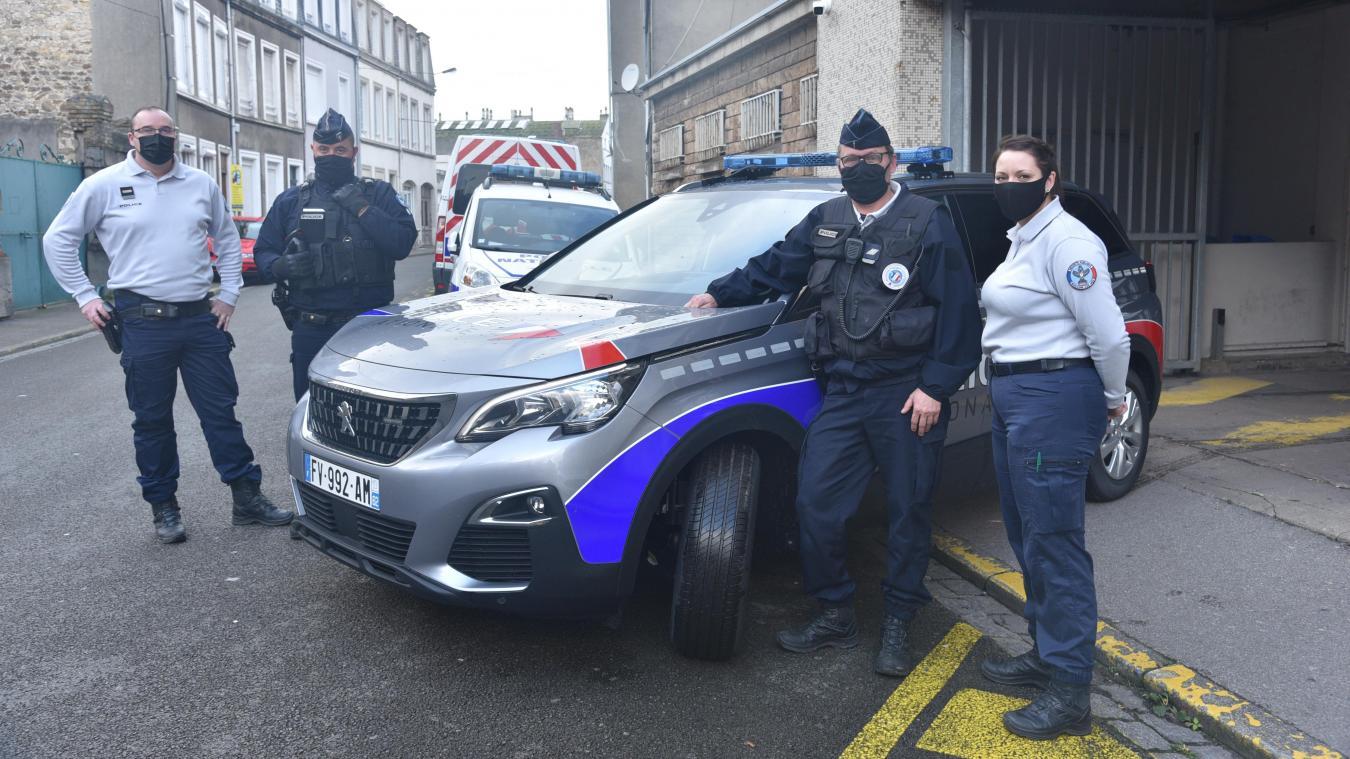 Une partie de l'équipe en place en ce jour de Noël, à côté d'une des deux nouvelles Peugeot 5008, qui sera avant tout utilisée par le groupe de sécurité de proximité.