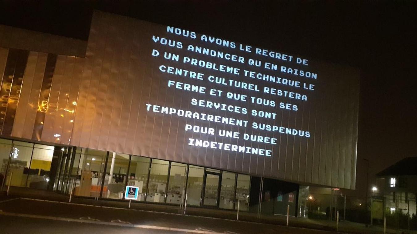 Un message annonçant la fermeture est projeté sur la façade du bâtiment.
