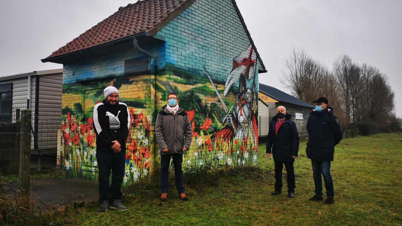 Anthony Sailly (à gauche) a réalisé cette fresque en partenariat avec la commune et Enedis.