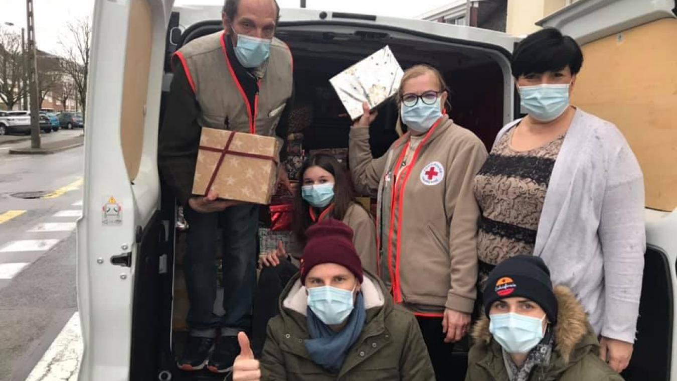 Lynda Krawczyk (debout à droite) et ses généreux lutins bénévoles ont distribué des boîtes de Noël dans plusieurs structures à Calais comme ici à la Croix Rouge.