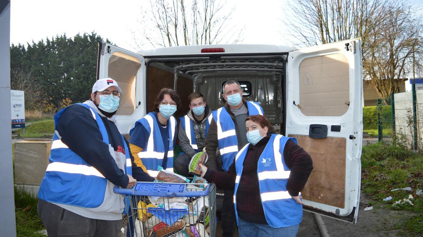 En cette période de crise, les bénévoles poursuivent chaque jour leur collecte alimentaire.