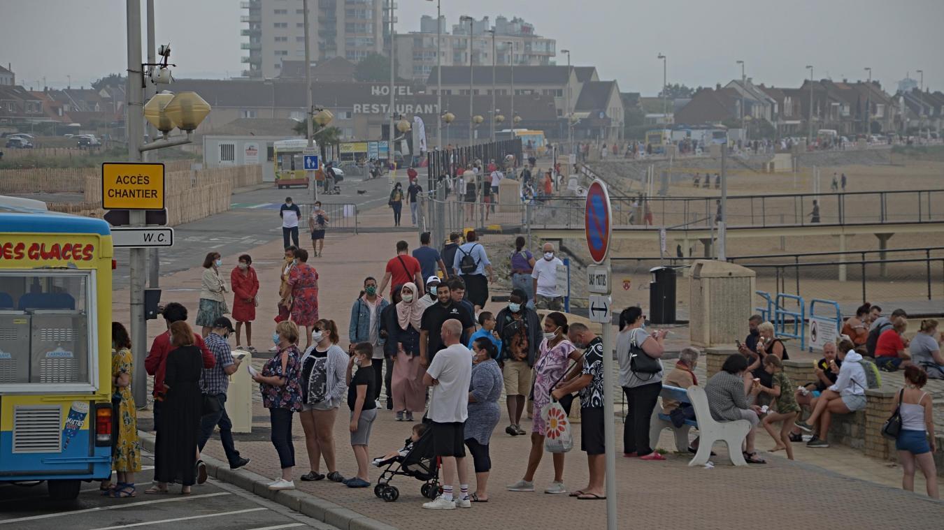 Les Calaisiens ont fait la queue pour avoir une glace bien fraîche cet été sur la digue.