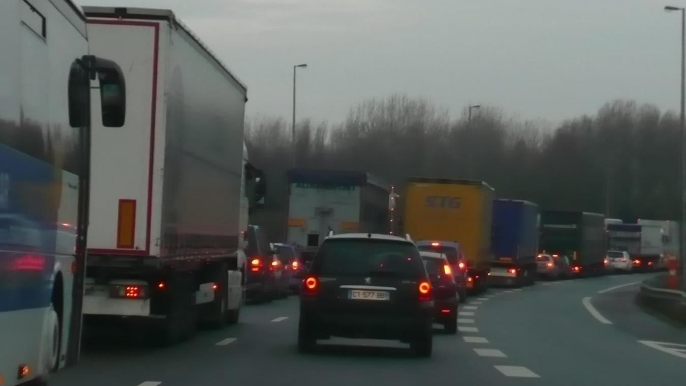 Jusqu'aux vacances de Noël, les bouchons de l'autoroute A16 pouvaient occasionner des retards avoisinant les quatre heures.