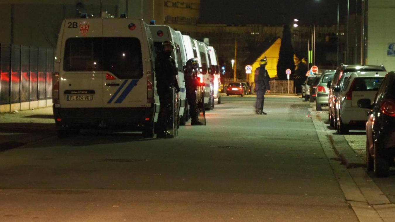 Peu après minuit, rue Matisse, les forces de l'ordre étaient présentes en nombre.