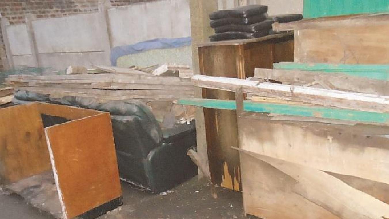 Les restes de meubles sont à déposer en bord de route.