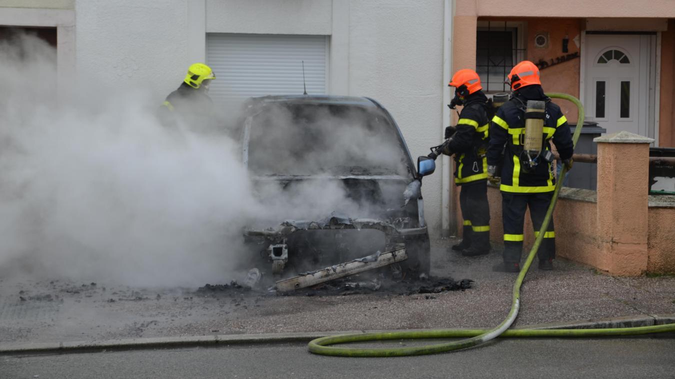 La propriétaire du véhicule s'est réfugiée dans l'habitation le temps que les sapeurs-pompiers interviennent.