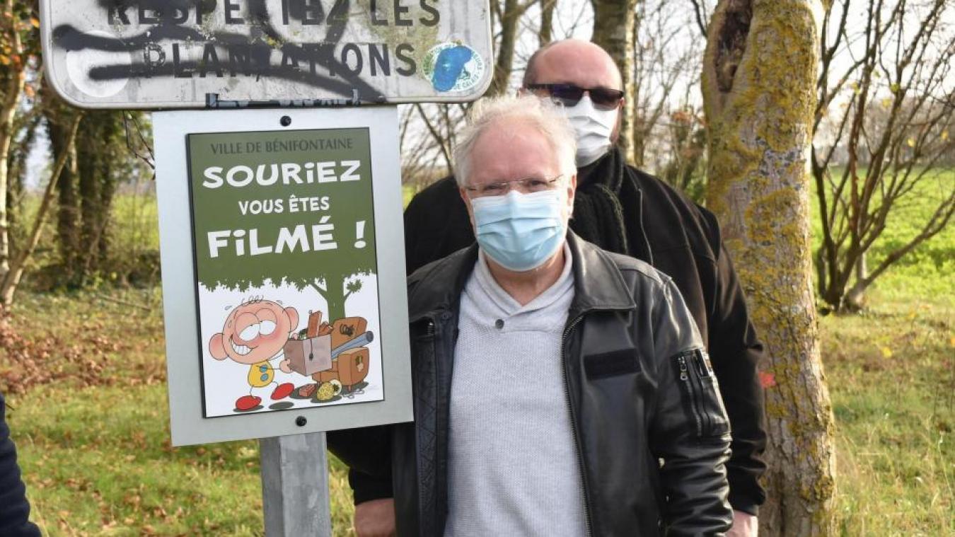 Grifil apparaissant sur un panneau de signalisation aux côtés de Régis Grébent, son créateur.