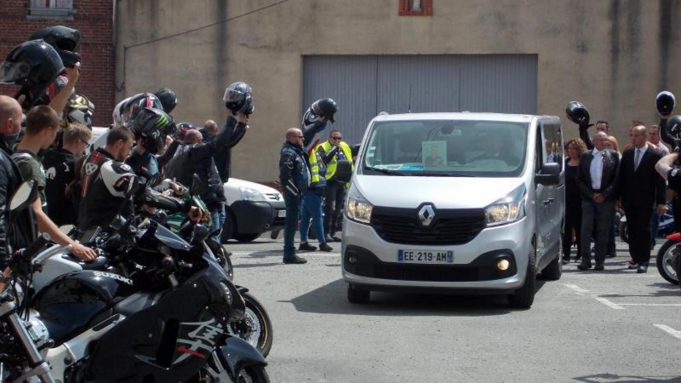 Samedi 13 juin, la grande famille des motards a rendu hommage à Philippe Laloy. Ils ont escorté le cortège funéraire, des pompes funèbres à Aire-sur-la-Lys, jusqu'à Fléchin, où il fut inhumé.