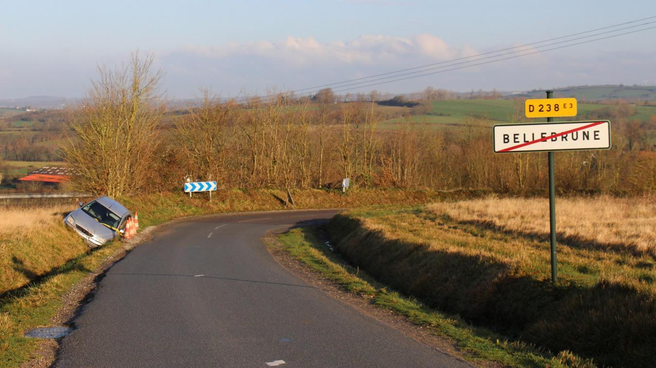 La voiture se trouve à la limite de la commune, sur la départementale 238.