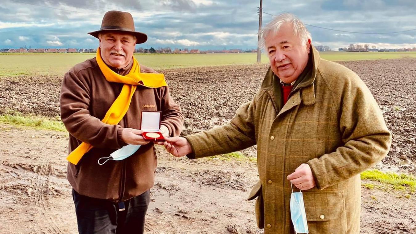Le maire, Hervé Saison, a remis la médaille de la ville au président du Sénat.