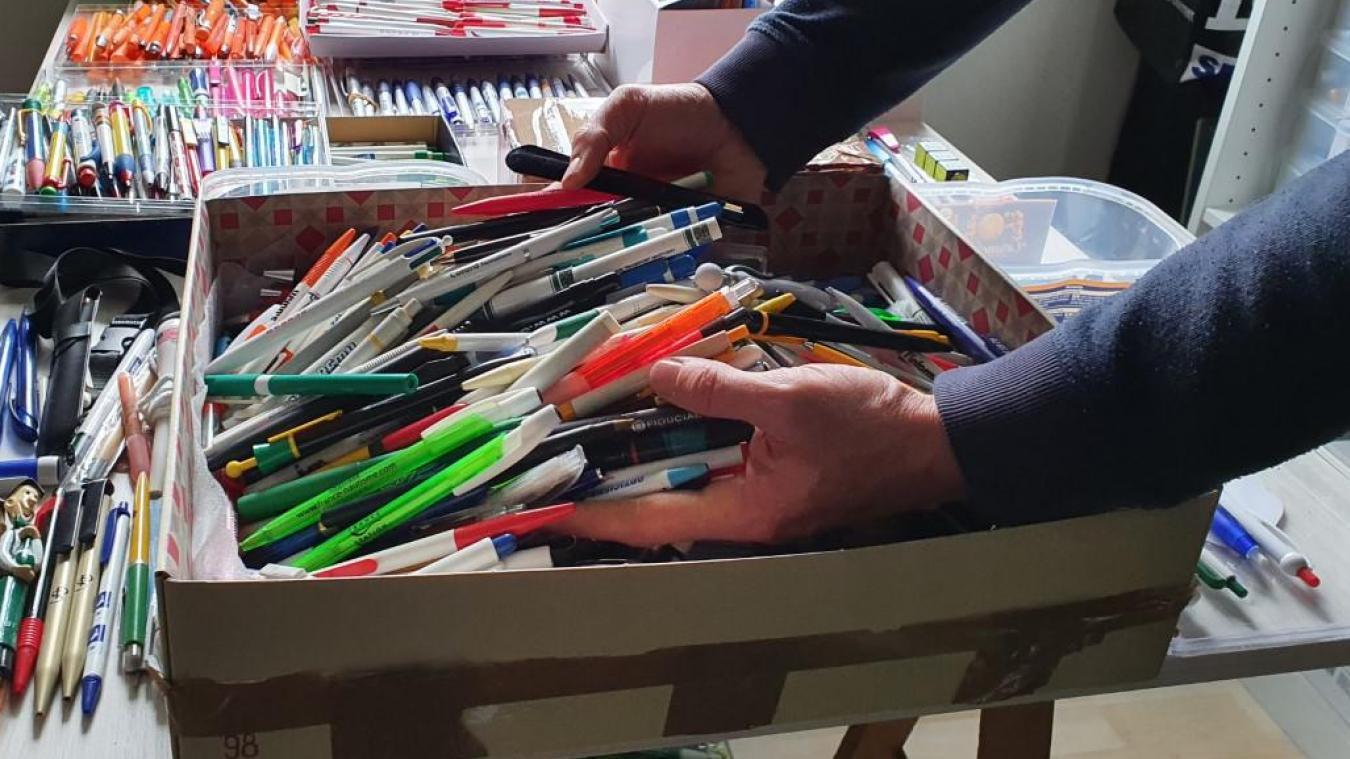 Des stylos par milliers sont entreposés dans le bureau de Garance.