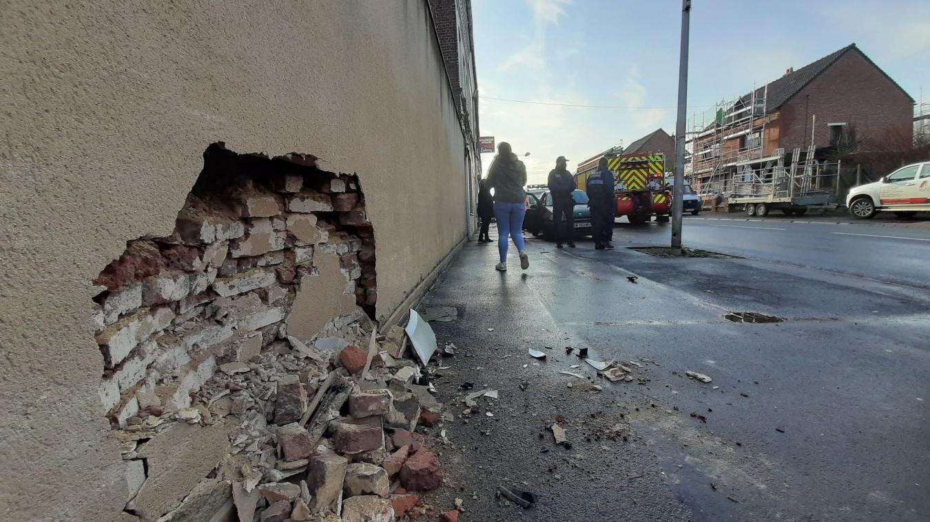 Le véhicule, poussé par le camion, est venu percuter le mur d'une habitation.
