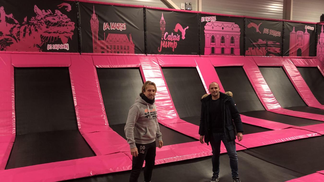 Dany Dezegue et Julien Barras, co-gérants de Calais Jump avec leurs compagnes respectives, prêts à accueillir le public le plus rapidement.