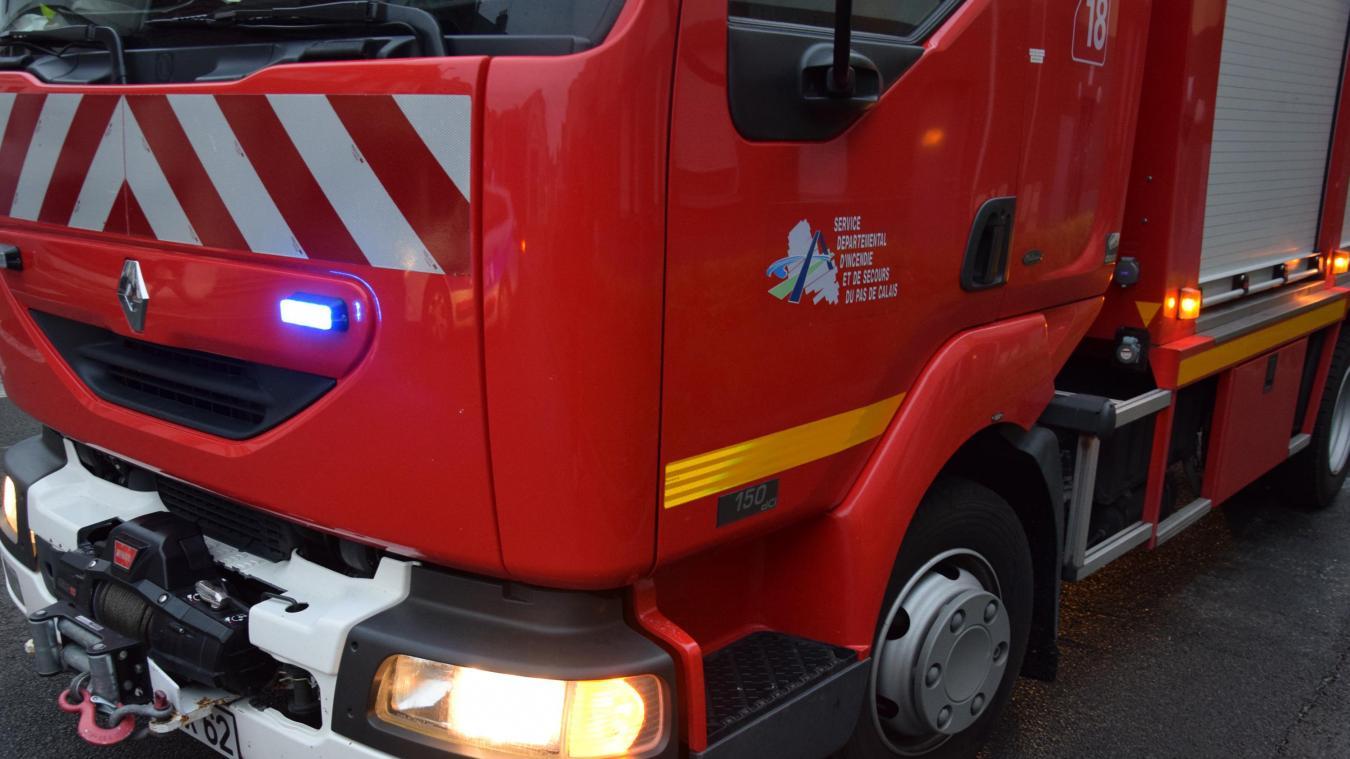Les pompiers de Fruges aidés de ceux de la caserne d'Hesdin sont intervenus sur les lieux de l'accident pour porter assistance aux victimes