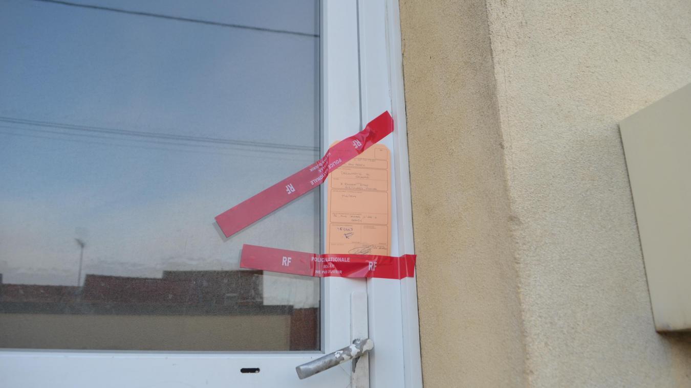 La police a procédé à la pose des scellés sur la maison.