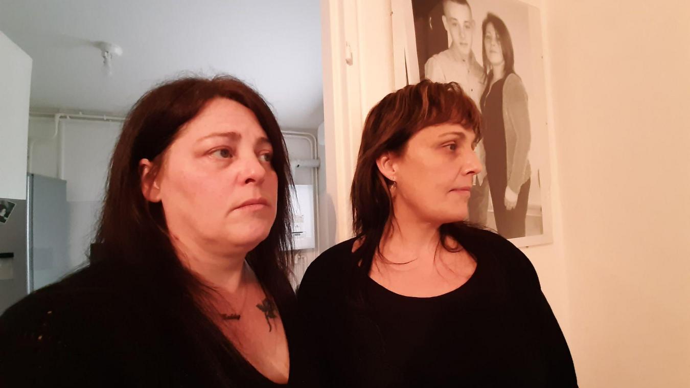 Séverine Delestrez (à gauche), mère du jeune Teddy, partage son chagrin avec ses proches, comme la marraine du jeune homme.