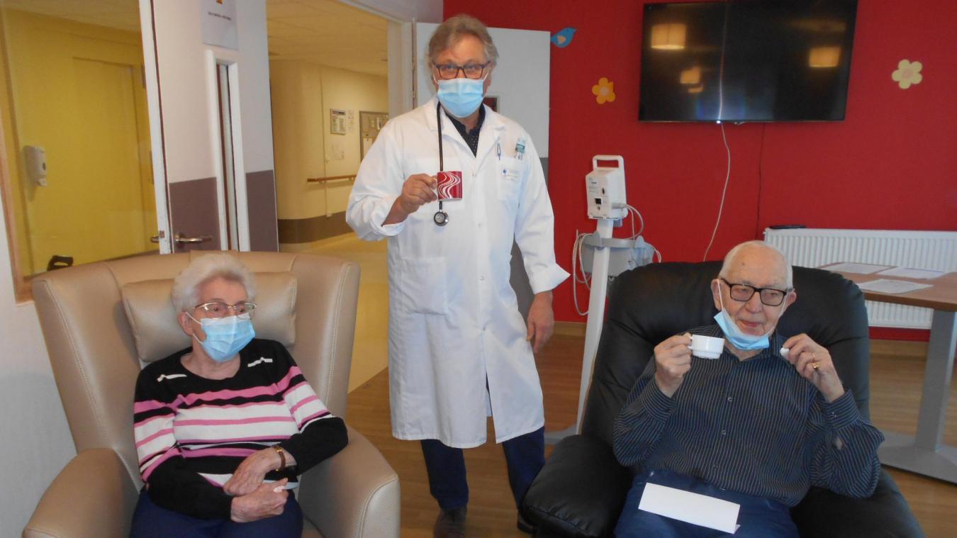 Le docteur Jean-Bernard Verbecq, médecin aux Bateliers, est ainsi le premier médecin à avoir pu vacciner des résidents sur l'Audomarois. Ici avec deux résidents vaccinés: Michel Pette, et son épouse.