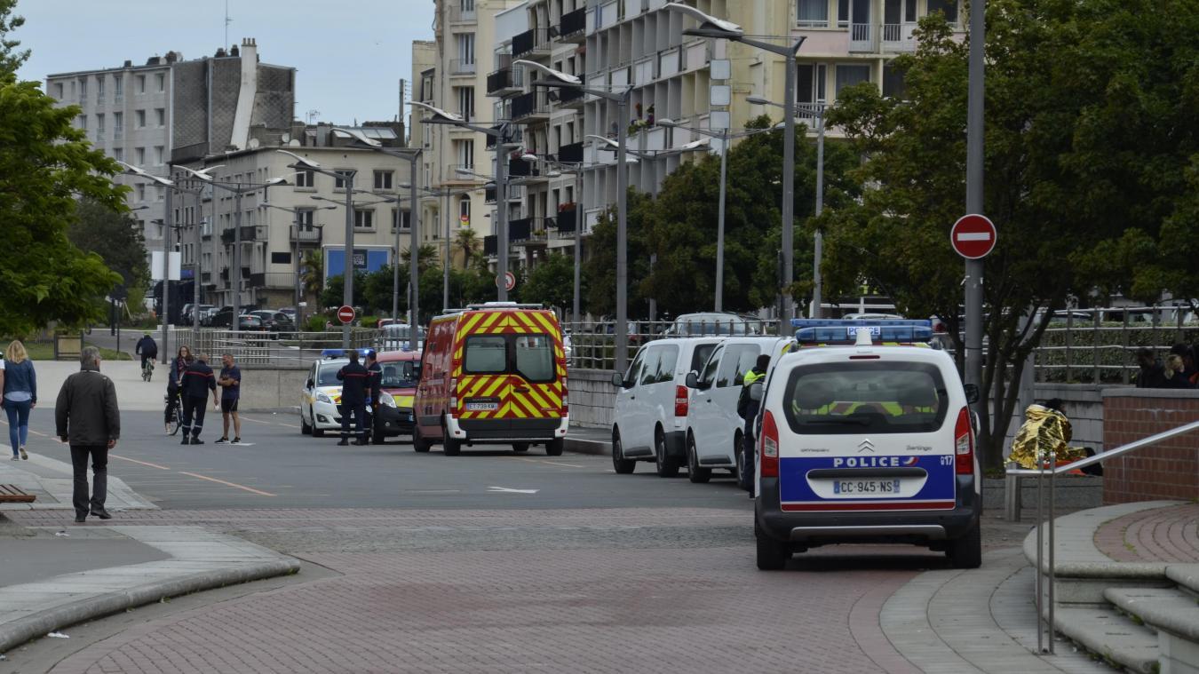 Neuf migrants récupérés au large d'Audresselles par la Marine Nationale et acheminés au quai Gambetta à Boulogne-sur-Mer. ©