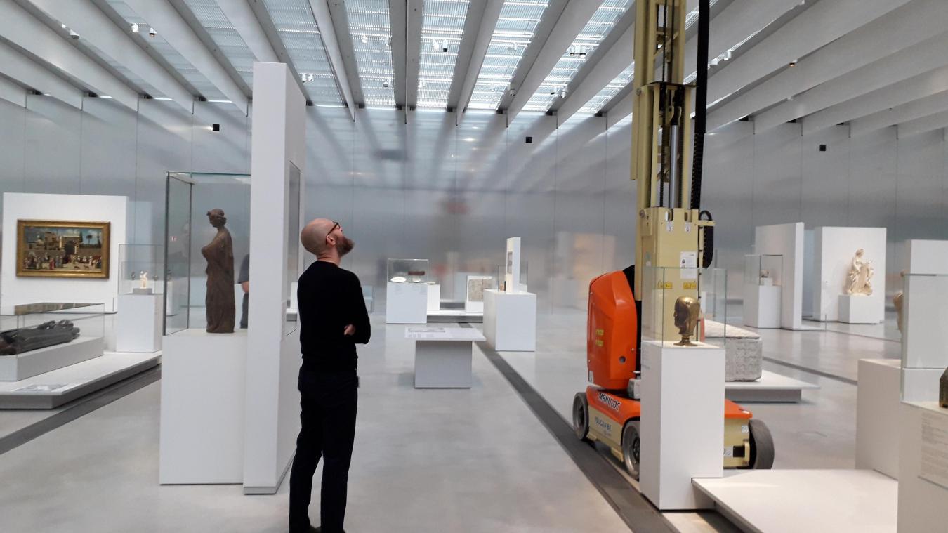 Grégory Mortelette confronté à une particularité du Louvre-Lens : l'éclairage zénithal. Un geste architectural qui peut rendre complexe le travail d'éclairage des œuvres (Photo Louvre-Lens)