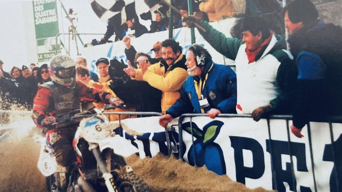 Hubert Auriol (premier à droite sur la photo) avait, aux côtés de Léonce Deprez, assisté à la première victoire d'Arnaud Demeester à l'occasion de l'Enduro du Touquet en 1995.