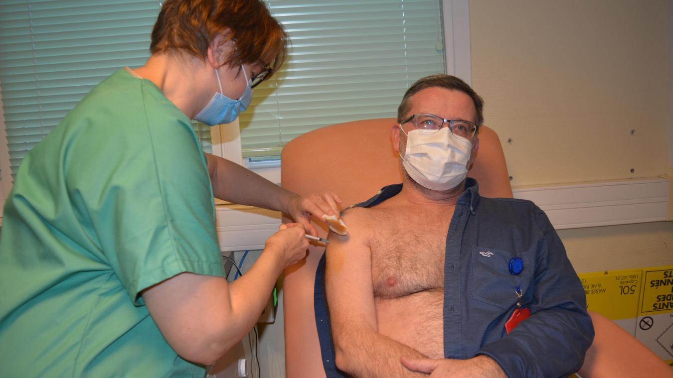 Christophe Vinsonneau, chef du service réanimation, a tenu à montrer l'exemple en tant que médecin.