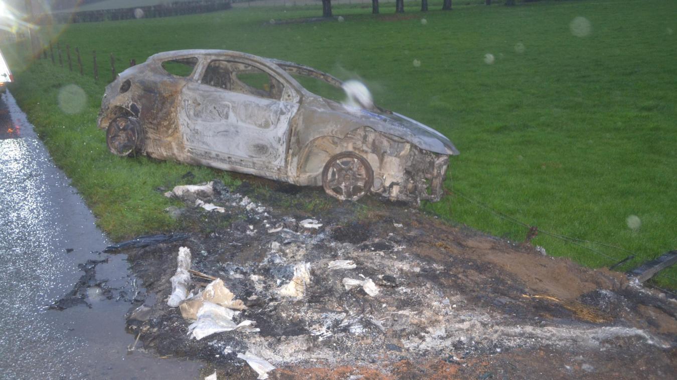 La voiture a été incendiée sur le bord de la route à l'entrée de Parenty