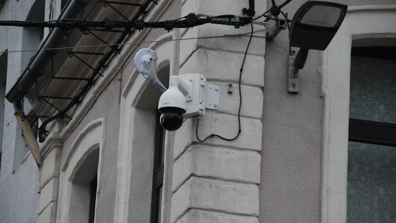 En vous baladant, levez les yeux et vous les verrez, ces caméras.