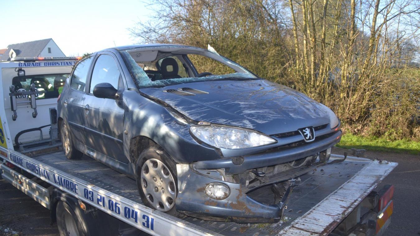 Le véhicule s'est retrouvé sur le toit après avoir heurté le talus.