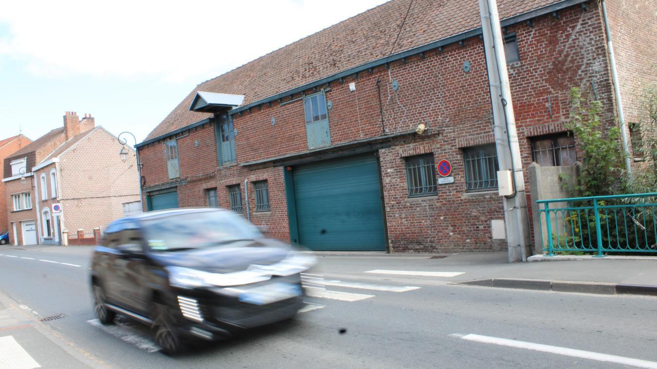 Les anciens ateliers municipaux, situés rue d'Herzeele, devaient se transformer en parking d'une cinquantaine de places.