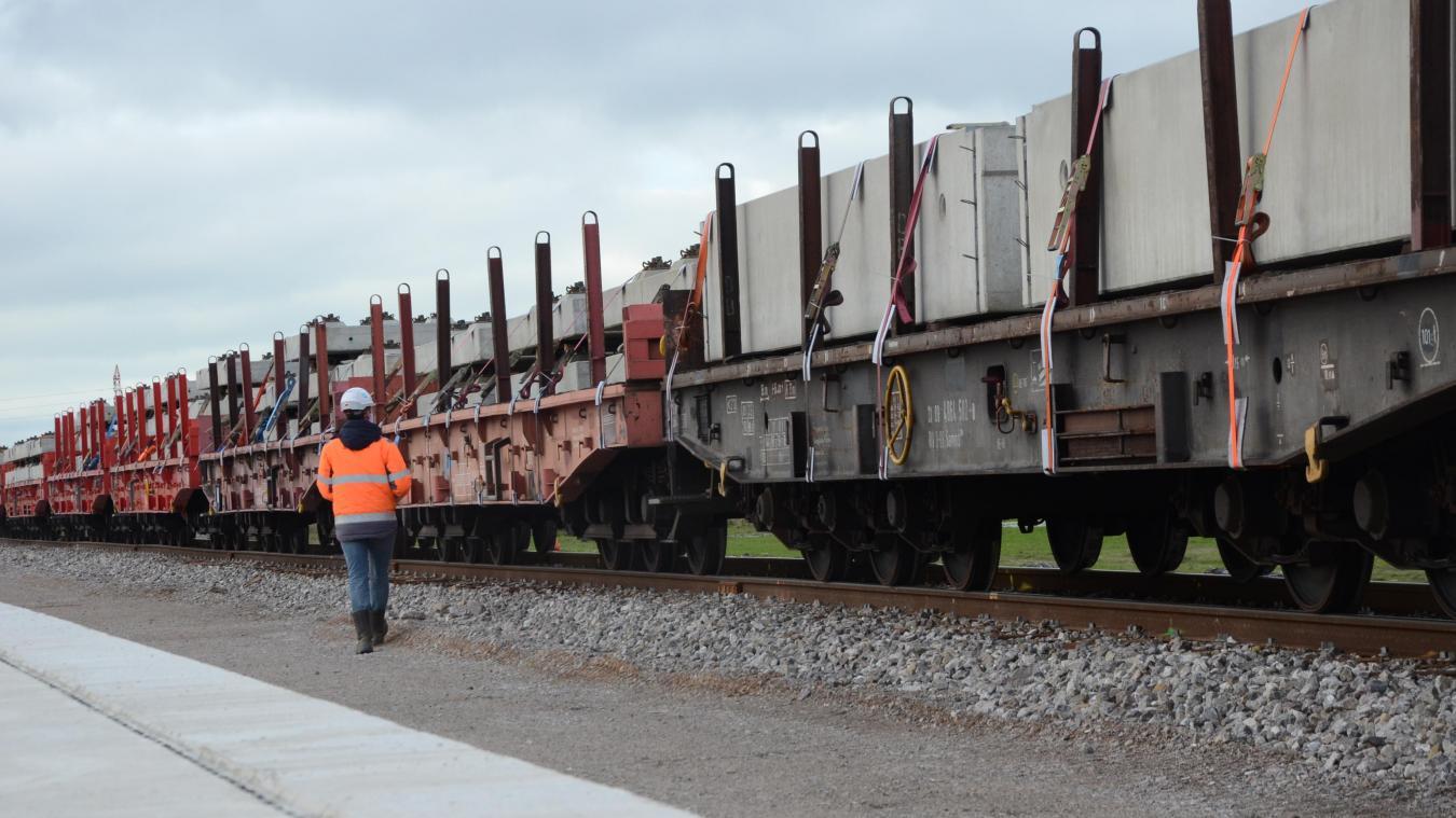 Les éléments de béton préfabriqués pour poursuivre les travaux du terminal d'autoroute ferroviaire CargoBeamer sont arrivés par train à Calais hier midi.