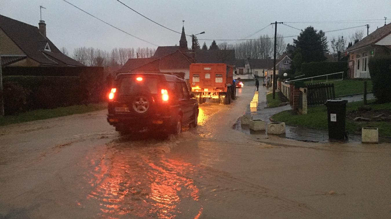 La rue principale à Recques-sur-Coursesous les eaux ce jeudi 14 janvier.