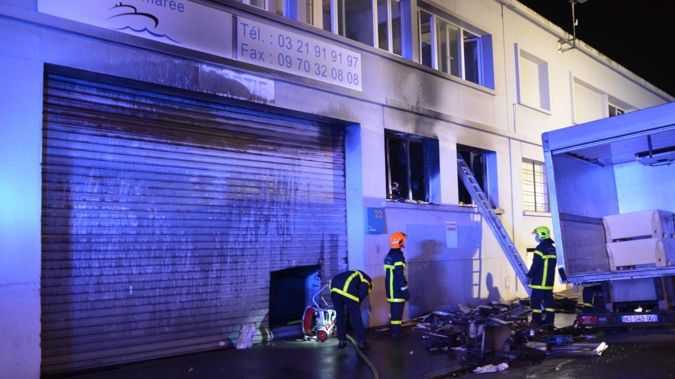 Les pompiers de Boulogne et Marquise sont intervenus pour éteindre l'incendie qui s'est déclaré au sein de l'entreprise MJ Marée.