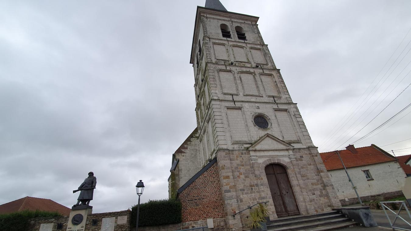 En attendant d'être remontée, la cloche de l'église est exposée pour permettre à tout le monde de venir constater le travail effectué.