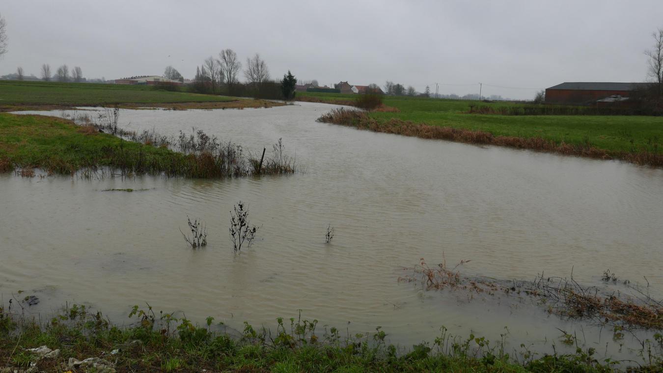 À La Caudescure, en milieu d'après-midi l'eau s'étalait dans les champs et commençait à aller sur la route.