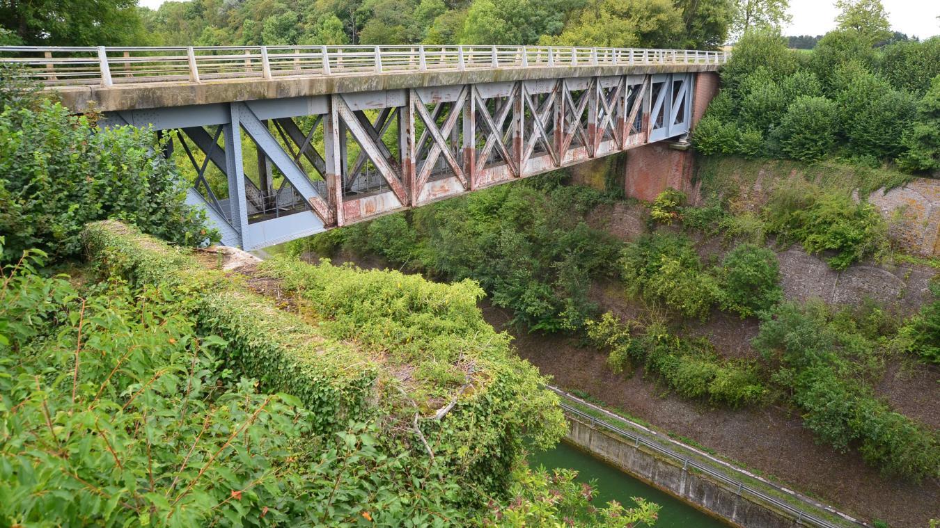 Alors qu'ils atteignent actuellement 30 m, comme ici au pont d'Hermies, les déblais pourraient atteindre jusqu'à 45 mètres avec le nouveau canal.