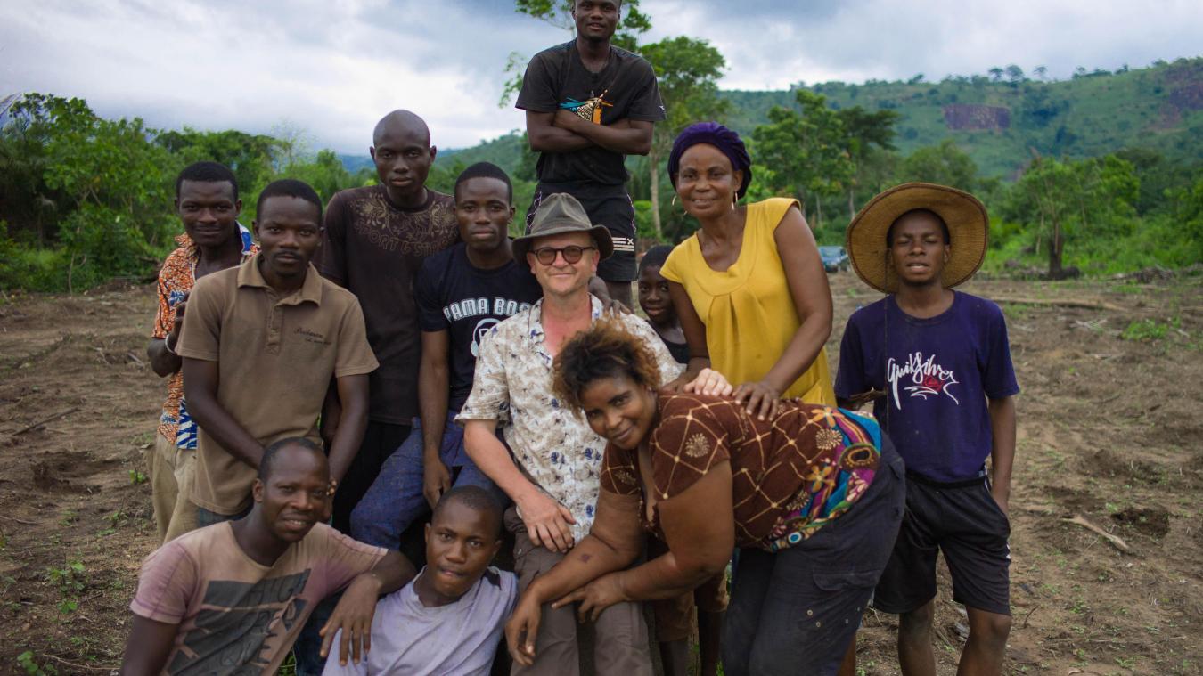 Jean-Claude Rousseau, au centre, entouré des jeunes qu'il aide.
