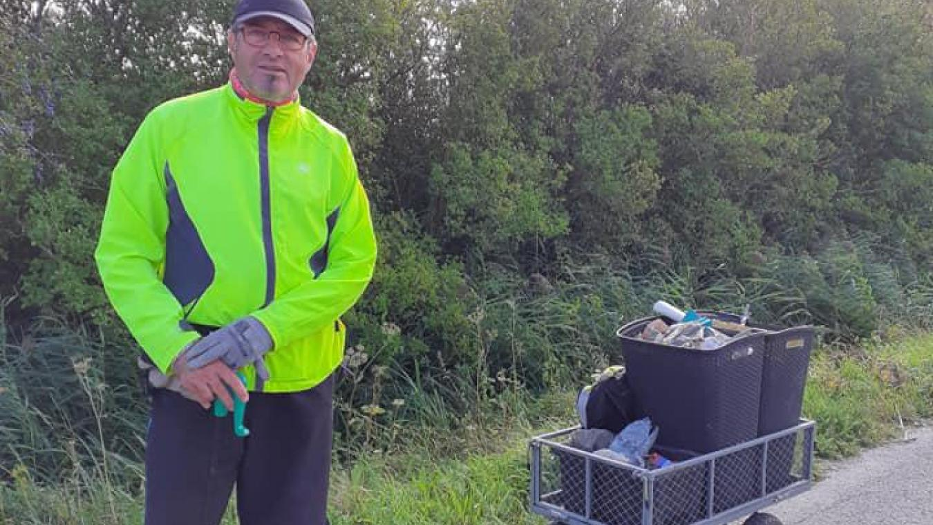 Thierry Chombart s'est fabriqué un chariot dans lequel se trouvent trois compartiments pour trier les déchets qu'il ramasse lors de ses longues balades.
