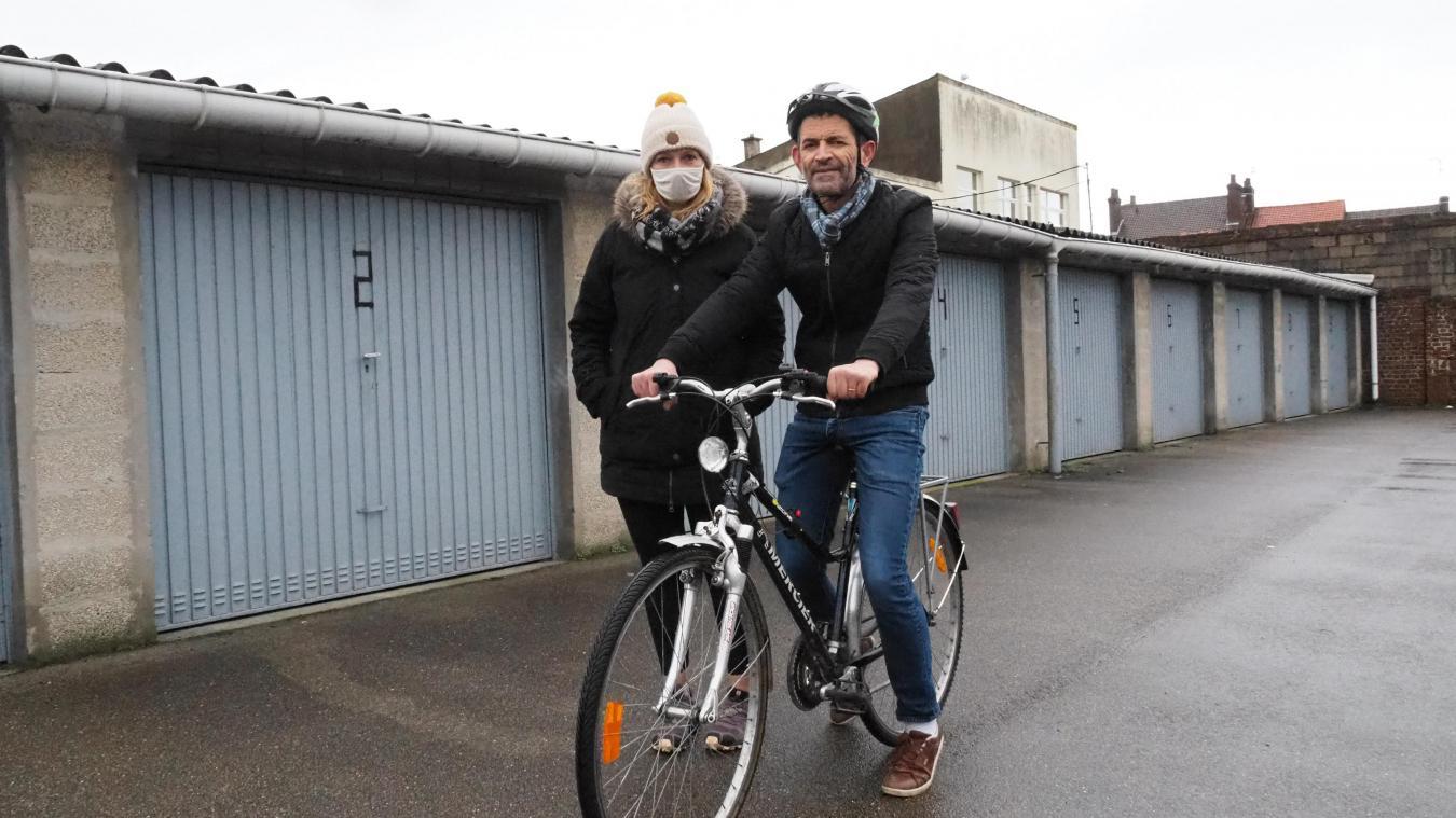 Cindy Lavigne, animatrice d'OVS et Mourad sur son vélo.