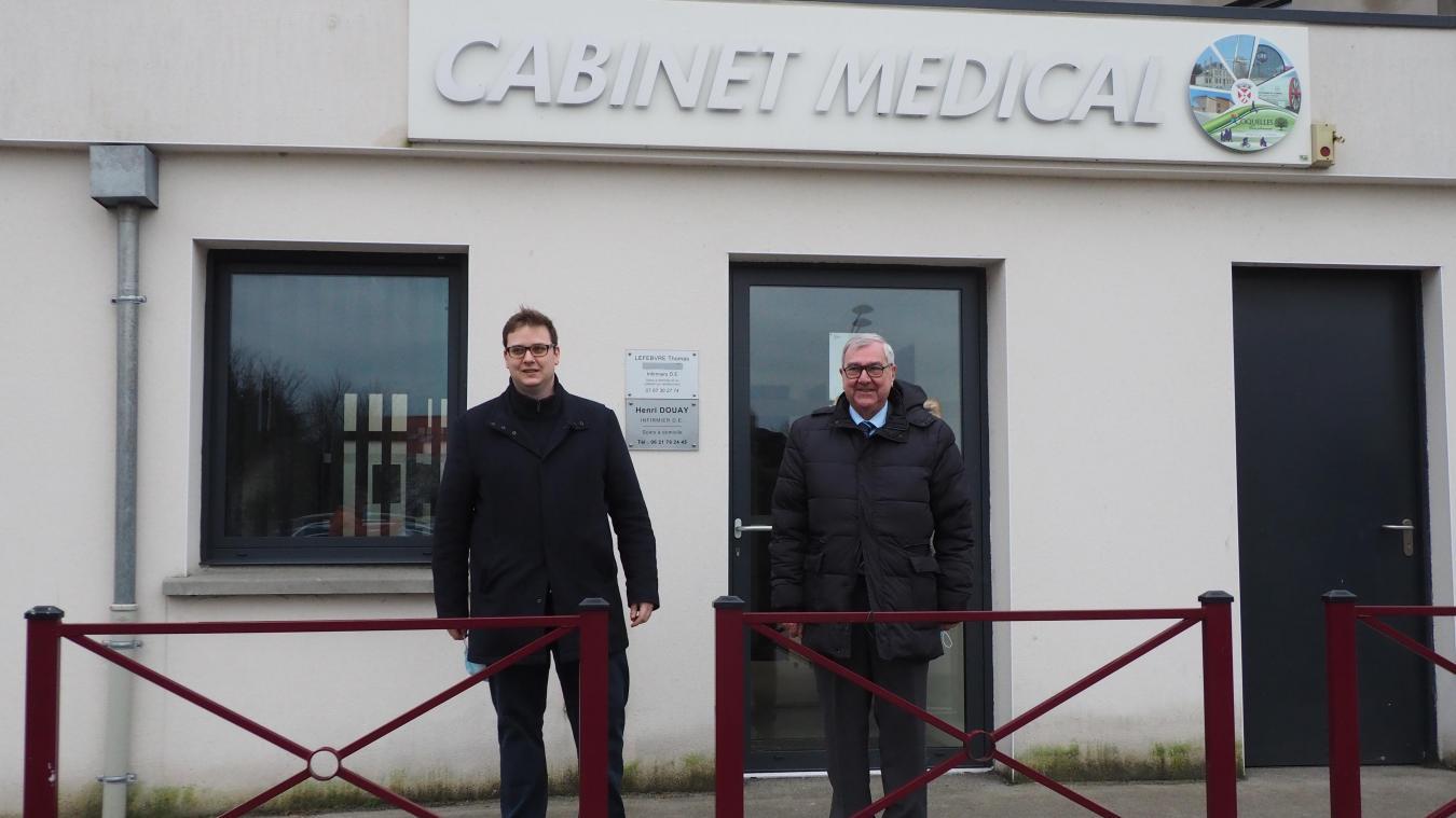 Quentin Patte (à gauche) et Michel Hamy devant le cabinet Médical, place de la Concorde.