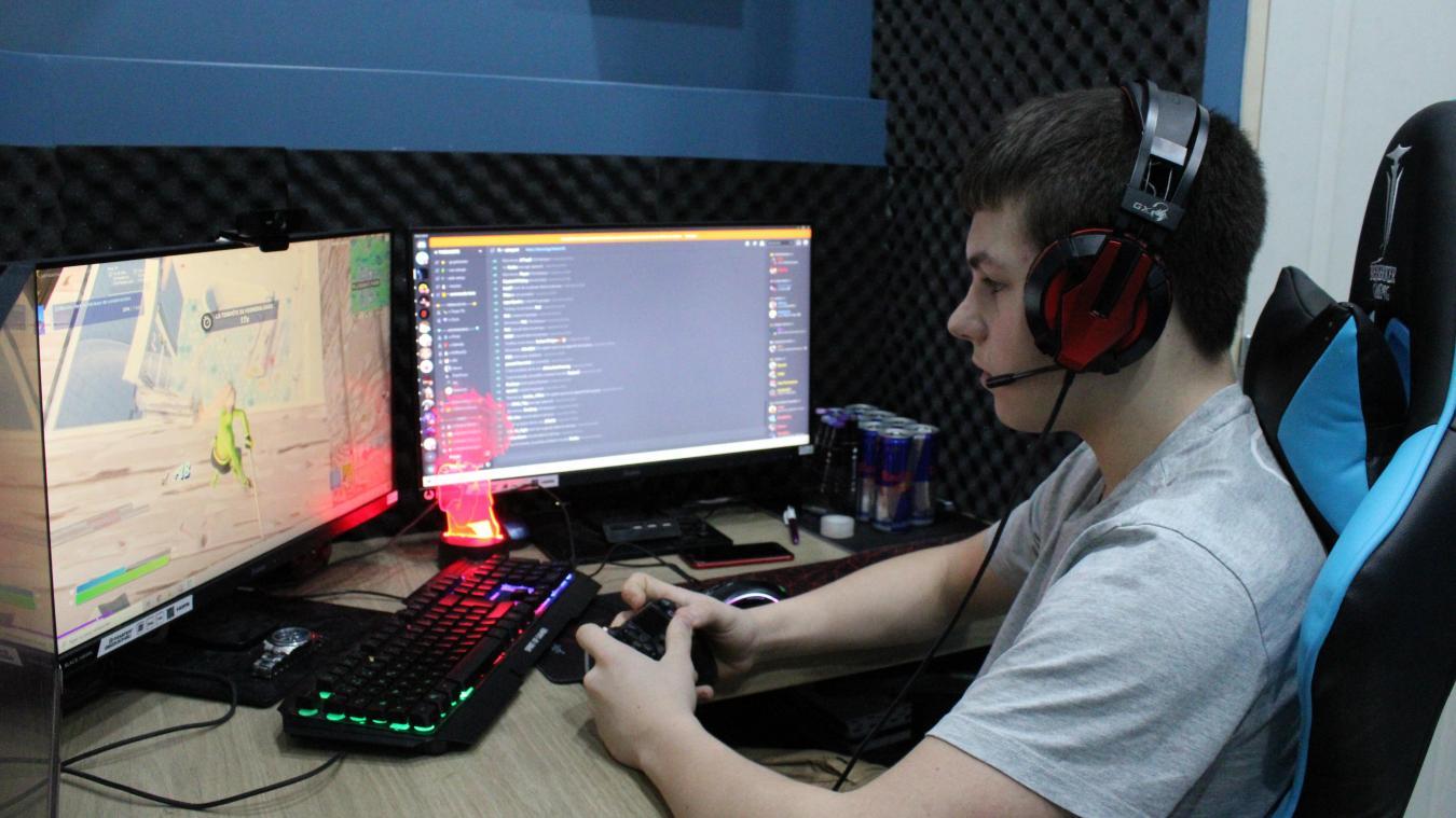 Julien joue à Fortnite, un jeu vidéo très en vogue ces dernières années.