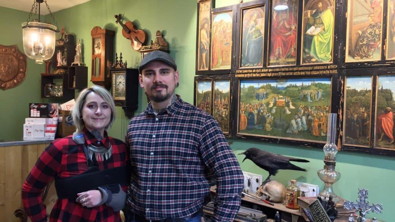 Joy et Julien Vandebeulque dans leur salon à la décoration calquée sur un cabinet de curiosités.