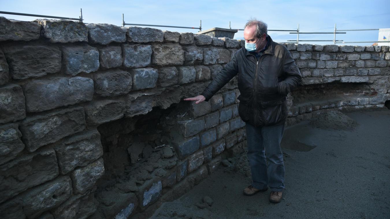 Bertrand Spiers montre la hauteur du mur initialement construit par Vauban, rehaussé par la suite