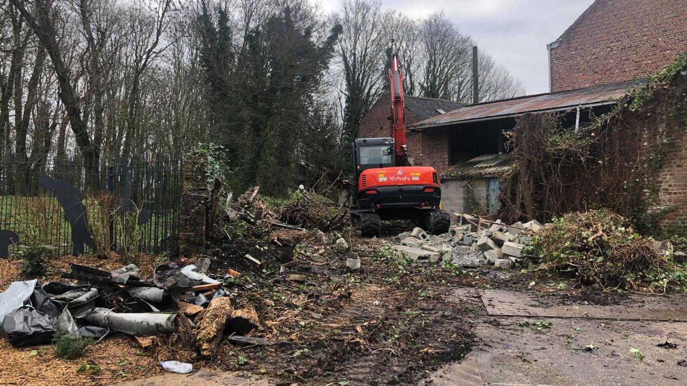 La destruction du bâtiment est en cours.