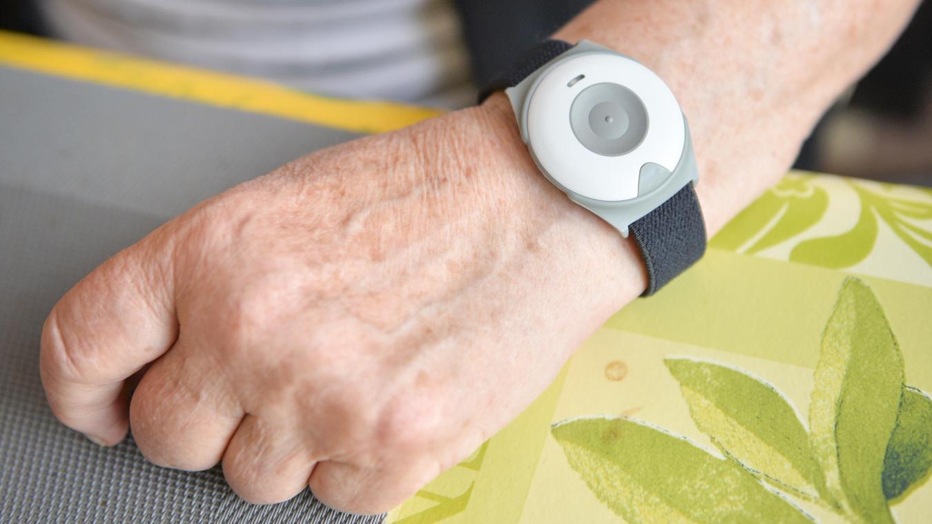Le détecteur de chute est un bracelet qui permet l'envoi d'une alarme classique en appuyant sur le bouton et l'émission automatique d'une alarme en cas de chute lourde si aucune reprise d'altitude n'est constatée par le détecteur dans les 6 secondes.
