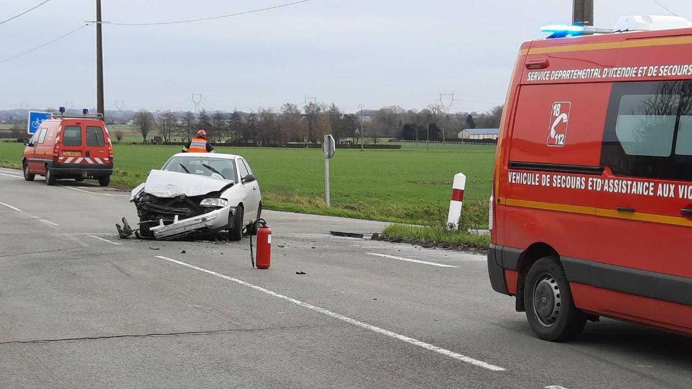 La deuxième voiture a le devant totalement cassé.