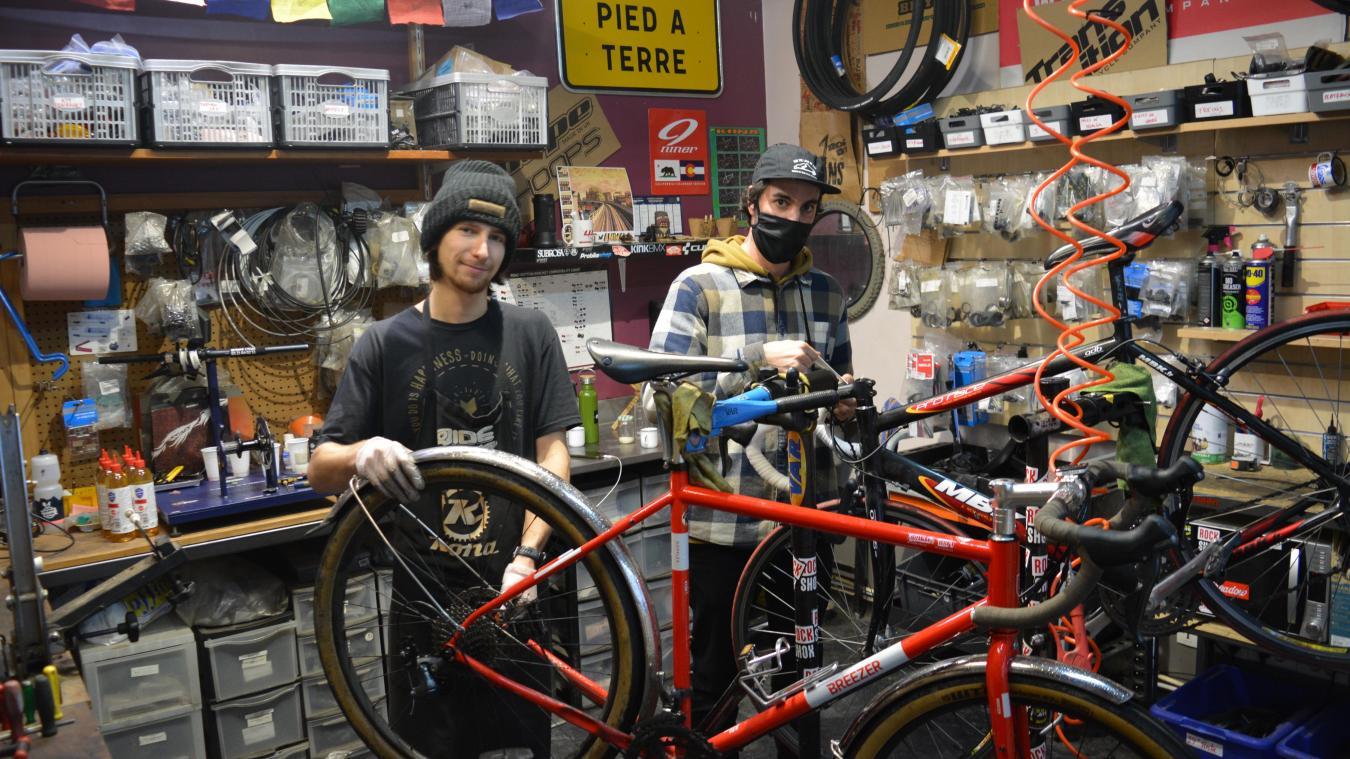 Loïc Zakrzewski et Antoine François ne manquent pas de travail dans le domaine de la réparationde vélos.